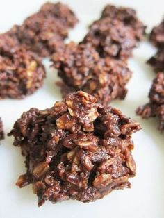 MISHOPIES 2 k suiker 1 k botter (in blokkies gesny) ½ k melk of water ½ k kakao 2 k hawermout (rou) 2 k klapper 2 t vanilla Meng suiker, botter, melk en kakao en roer oor stadige hitte totdat die s. Oatmeal No Bake Cookies, Peanut Butter Cookies, Coconut Cookies, Baking Cookies, Baking Recipes, Cookie Recipes, Dessert Recipes, Kos, Recipes