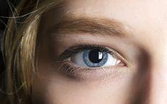 Augencreme ist essentiell: Sie schützt unsere empfindliche Augenpartie und kann Fältchen und Augenringe mildern. Allerdings nur, wenn man sie richtig benutzt...