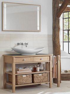 Un baño con mueble de madera