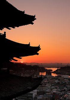 """尾道 """"天寧寺 塔婆"""" の夜明け : 鞆の浦ロマン紀行 Japanese Architecture, Architecture Art, Hiroshima Japan, Japan Landscape, Tokyo Japan, Light And Shadow, Japan Travel, Beautiful World, Sunrise"""
