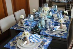 Decoração de mesa para almoço nos tons azul e branco, alegre e elegante, usando porta guardanapo de flor.