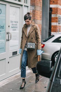 Chic Street Style Looks From Fashion Week Looks Street Style, Street Style Women, Latest Fashion For Women, Latest Fashion Trends, Trent Coat, Short Noir, Winter Coats Women, Mode Outfits, Denim Fashion