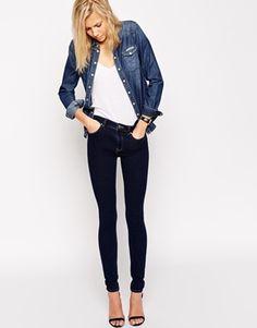 #jeanshose #weissestshirt #jeanshemd ASOS – Ridley – Enge Jeans in Darlia Wash