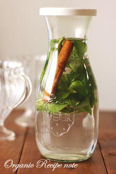 シナモンミント☆フレーバーウオーター by うーら! 500ml mineral water, peppermint leaves and a cinnamon stick - leave in the fridge for 1 day to infuse.