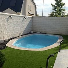 Are you thinking of having a swimming pool but are worried about ruining the landscaping around it? Small Inground Pool, Small Swimming Pools, Small Backyard Pools, Small Pools, Swimming Pools Backyard, Swimming Pool Designs, Piscine Diy, Beach Entry Pool, Moderne Pools