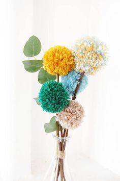 Blumenstrauß Pompons recycelte Wolle und Kastanien Holz / Bouquet of pompoms recycled wool and chestnut wood / Pom Pom Tree, Pom Pom Flowers, Pom Pom Wreath, Diy Flowers, Diy Pompon, Diy And Crafts, Crafts For Kids, Preschool Crafts, Wood Crafts
