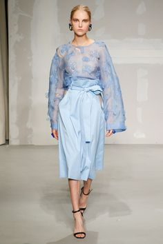 Krizia Spring 2018 Ready-to-Wear collection, runway looks, beauty, models, and reviews.