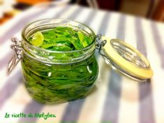Preserving Basil in Oil - Basilico Conservato in Olio Italian Cooking, Italian Recipes, Raw Food Recipes, Vegetable Recipes, Preserving Basil, Pesto Dip, Italy Food, Cleaners Homemade, Preserves