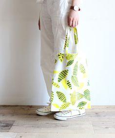 かんたんなのにしっかり丈夫!たためるエコバッグの作り方 | nunocoto Japanese Fabric, Handmade Dresses, Sewing Hacks, Diy And Crafts, Pouch, Tote Bag, Bags, Takeo, Flower