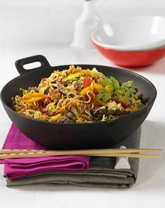 Our popular recipe for Asian fried noodles from the wok and more than other free recipes on LECKER. Our popular recipe for Asian fried noodles from the wok and more than other free recipes on LECKER. Wok Recipes, Grilling Recipes, Vegetable Recipes, Asian Recipes, Healthy Recipes, Ethnic Recipes, Vegetable Drinks, Drink Recipes, Hamburger Meat Recipes