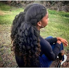All styles of box braids to sublimate her hair afro On long box braids, everything is allowed! For fans of all kinds of buns, Afro braids in XXL bun bun work as well as the low glamorous bun Zoe Kravitz. Girls Natural Hairstyles, Afro Hairstyles, Black Girls Hairstyles, Trendy Hairstyles, Pelo Natural, Long Natural Hair, Natural Hair Blowout, Natural Oils, Scene Hair
