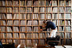 El fotógrafo Elion Paz ha recorrido el mundo buscando a los acumuladores de discos más compulsivos y los ha reunido en el libro 'Dust & Groo...