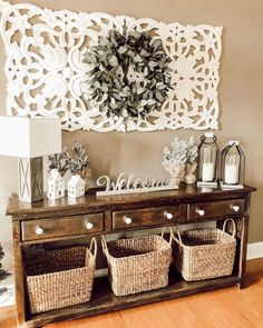 Many things can be done to décor the entryway. From entryway wall shelf to gallery. Need ideas to decorate yours? Read our 17 entryway wall décor here. Home Living Room, Living Room Decor, Decor Room, Rustic Decor, Farmhouse Decor, Modern Farmhouse, Country Decor, Boho Decor, Country Interior