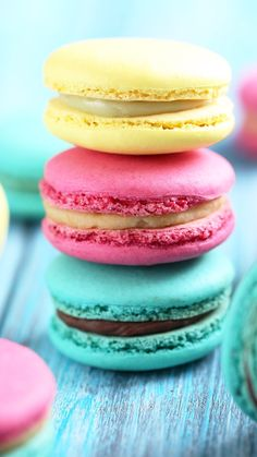 Uploaded by gulbeyzasyn. Find images and videos about food, delicious and foodies on We Heart It - the app to get lost in what you love. Macaron Wallpaper, Pastell Wallpaper, Food Wallpaper, Macaroons, Macaron Cookies, Cute Desserts, Dessert Recipes, Cute Food, Yummy Food