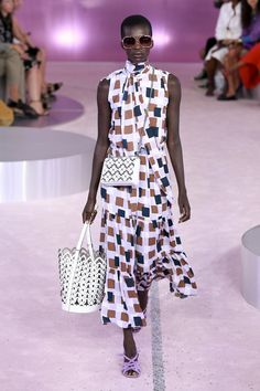 Kate Spade New York Spring 2019 Ready-to-Wear Fashion Show Collection: See the complete Kate Spade New York Spring 2019 Ready-to-Wear collection. Look 16 Women's Dresses, Fashion Over 50, Fashion Looks, Fashion Black, Trendy Outfits, Fashion Outfits, Fashion 2017, Fasion, Fashion Online