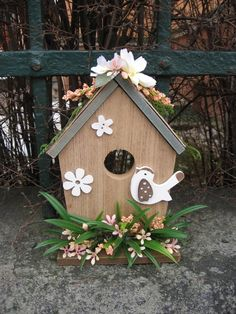 Ptačí+budka+III+Dřevěná+budka+dozdobená+ptáčkem,+květinami+a+zelení.+Rozměr+-+v.+20+cm,+š.+15+cm.