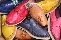 Un mundo de color, Gallitos calzado artesanal.