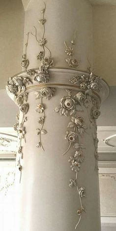 The most romantic Shabby chic column I've ever seen. The Best of shabby chic in - Home Decoration - Interior Design Ideas - The most romantic Shabby chic column I've ever seen. The Best of shabby chic in - Shabby Chic Mode, Casas Shabby Chic, Estilo Shabby Chic, Shabby Chic Living Room, Shabby Chic Kitchen, Vintage Shabby Chic, Shabby Chic Style, Shabby Chic Furniture, Vintage Furniture