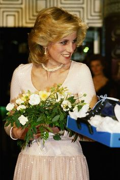 Princess Diana receives two pairs of small roller skates after attending the charity performance of 'Starlight Express' at The Apollo Theatre in London - December 1984 Princess Diana Fashion, Princess Diana Pictures, Princess Diana Family, Princess Diana Hairstyles, Princess Diana Funeral, Lady Diana Spencer, Spencer Family, Great Hairstyles, Queen Of Hearts