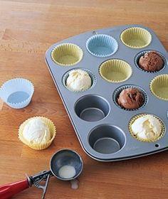 Antes de que empiece la fiesta, preparar bolas individuales de helado en un recipiente para bollos llena de revestimientos. Cuando esté listo para ser servido, se puede llevar a cabo del congelador y de forma rápida y fácil servirlo con la torta.