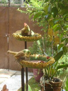 Produto artesanal feito em resina pigmentada na cor amarela e com detalhe de passarinhos. O espeto de jardim, em ferro para espetar no vaso ou no gramado, é desmontável para transporte. Os passarinhos  o cliente pode escolher, pardal(da frente) cardeal (de trás). R$ 130,00