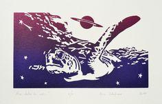 """""""Au-delà de soi..."""". Linogravure réalisée en six exemplaires par Eric Schelstraete. Format 28 x 38,5 cm. Tortue. Espace. Rêve."""