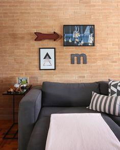Sofá cinza: 85 ideias de como usar esse móvel versátil na decoração Living Room Sofa Design, Rugs In Living Room, Living Room Designs, Living Room Decor, Kitchen Cabinets Decor, Cabinet Decor, Cozy Sofa, Grey Sectional, Colorful Pillows