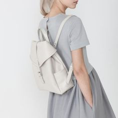 Minimal and chic grey leather rucksack Mode Style, Style Me, Modele Hijab, Style Japonais, Powerpuff Girls, Minimal Fashion, My Wardrobe, Leather Backpack, White Backpack
