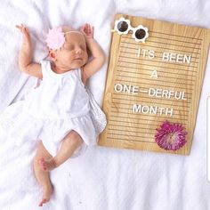 I LOVE milestone pictures anyway, but this one has me all 😍! Wood letter boards make incredible baby shower gifts. Not only can the moms… Monthly Baby Photos, Monthly Pictures, Boy Pictures, 1 Month Pictures, Funny Baby Pictures, One Month Old Baby, Baby Month By Month, Bebe 1 An, Baby Monat Für Monat
