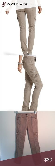 WHBM military style skinny jeans with cargo pocket Cream WHBM skinny cargo jean with beautiful detail, gorgeous fit, can be dressed up, or worn casually, very well crafted garment, like new. White House Black Market Pants Skinny
