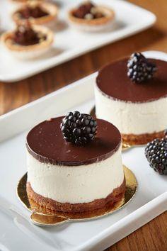 Dortík Míša Baking Recipes, Cookie Recipes, Dessert Recipes, Mini Dessert Cups, Sweet Bar, Dessert Decoration, Mini Cheesecakes, Small Cake, Specialty Cakes