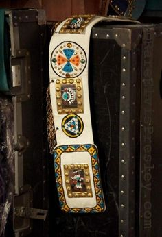 Here the second belt of the Indian suit. Elvis used that belt from december 1975 to february 1977. Now in display at Graceland.