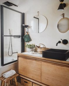 Juliana/ Photo & décoration (@juliana.degiacomi) • Photos et vidéos Instagram Grand Dressing, Table Vintage, House Doctor, Decoration, Double Vanity, Sweet Home, Mirror, Furniture, Dining Room