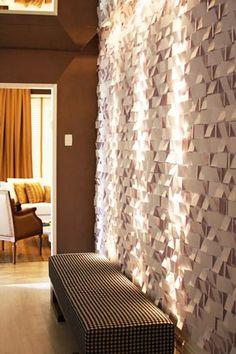 O designer de interiores Beto Tozi criou para a parede do Lounge Festa um painel composto por dobraduras em cartolina.