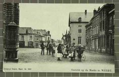 Beschrijving: Markt, links oude stadspomp, groep kinderen met oude kinderwagen Locatie: Markt; Parochie Sint Martinus (Centrum); Weert;   Datering: 1900 - 1900