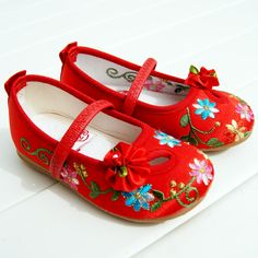 Buy new stylish Shoes for your princess. New Kids Shoes Collection available at Pakiza! Floral Shoes, Buy Shoes Online, Childrens Shoes, New Kids, Handmade Baby, Chinese Style, Baby Patterns, Shoe Collection, Baby Shoes