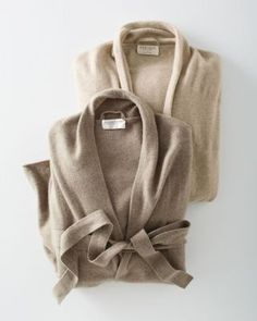 Wonderfully comfortable — and eco-friendly. In purely natural, undyed cashmere, simply styled with long sleeves and slightly dropped shoulders.