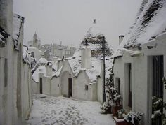 Alberobello, i Trulli sotto la neve (BA) Winter Snow, Winter White, Alberobello Italy, Italy Winter, Southern Italy, Wonders Of The World, Winter Wonderland, Places To Travel, Places Ive Been