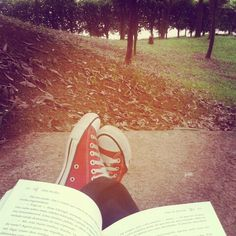 Meu momento... leitura no parque! — Bia Antunes, 24/04/2015.