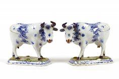Een paar Delfts polychrome staande koeien, 18de eeuw.