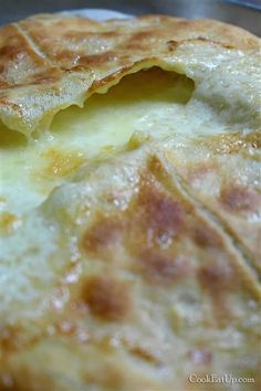 Ένα επίπεδο ψωμάκι με απίθανη τραγανή, ροδοκόκκινη ζύμη αναπαύεται στον πάγκο της κουζίνας μου. Στην επιφάνειά του, οι φουσκάλες από το φρέσκο βούτυρο που
