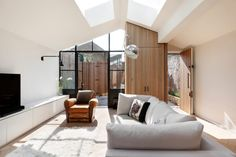 A London Legno Yard convertito in un, Casa pieno di luce - Latte design