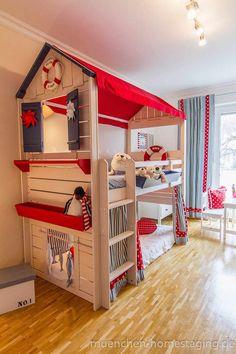 Maritimes Kinderzimmer: skandinavische Kinderzimmer von Münchner HOME STAGING Agentur
