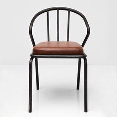 Spisestol med solid jernramme, og stor pute trukket i bycast skinn, som gjør den lett å holde ren. H76 x B52 x D58cm – Ca. 5kg Sete: H51,5 x B40 x D41 x rygg: 32cm (Pute: ca. 5cm) Leverandør: Kare Design / Tyskland