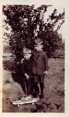 Nens amb vaixell de joguina. Primera meitat s. XX. Autor desconegut MMB (Col. M. Mayolas) Couple Photos, Couples, Author, Couple Shots, Couple Photography, Couple, Couple Pictures