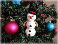 http://www.amidorablecrochet.ca/2014/11/snowman-pattern.html#.VF_Vg2fYfyV