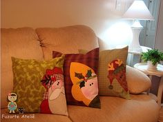 almofadas Christmas cushions - what about a snowman coming over the top w/ a carot nose & branch fingers saying frosty was here Christmas Patchwork, Christmas Cushions, Christmas Sewing, Christmas Pillow, Christmas Projects, Handmade Christmas, Christmas Time, Christmas Crafts, Christmas Ornaments