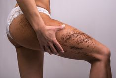 Homemade anti-cellulite treatment with coffee grounds - Melarossa Source by paoladesossi Coffee Grounds Cellulite, Coffee Cellulite Scrub, Coffee Scrub, Coffee Mugs, Coconut Oil Scrub, Natural Coffee, Uses For Coffee Grounds, Body Scrub, Tips