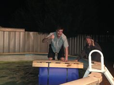 Diy: Portable Pontoon Using Old Pallets and Old Blue Drums • 1001 Pallets 1001 Pallets, Recycled Pallets, Wooden Pallets, Recycled Materials, 55 Gallon Plastic Drum, Plastic Drums, Floating Pontoon, Floating Boat, Pallet Crafts