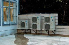Als Klimasplitgeräte werden Klimaanlagen bezeichnet, die über eine Außeneinheit (Kondensator/Kompressor) und eine Inneneinheit (Verdampfer) verfügen. Außen- und Inneneinheit des Klimasplitgeräts sind über Kältemittelleitungen miteinander verbundenen. Gilt es mehrere Räume oder Büros zu klimatisieren, werden auch mehrere Inneneinheiten (Multisplitanlagen) eingesetzt. Lassen Sie sich von uns zum Thema Klimasplitgeräte in Köln Bonn beraten